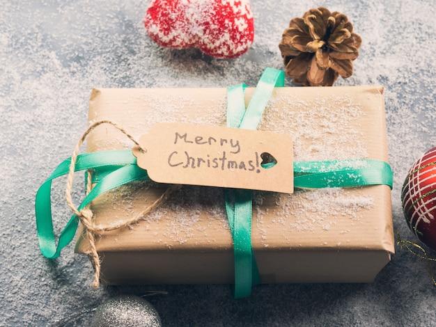 Desejando feliz natal com presente