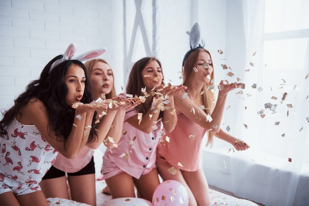 Desejo-lhe felicidades. confete e clima de férias. moças bonitas