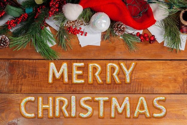 Desejos de ano novo de 2020 feitos de bolos no fundo da mesa de madeira com iluminação de celebração. conceito de ano novo e feliz natal, celebração e feriados, clima de inverno. flyer, cartão postal.