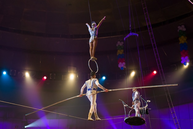 Desempenho de aéreoistas na arena do circo.