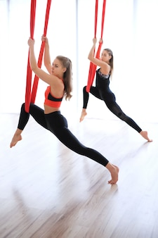Desempenho de alongamento de perna de grupo com linho vermelho