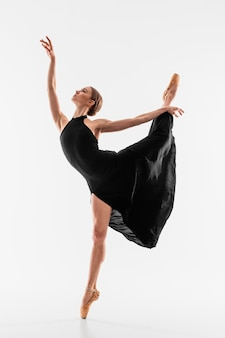 Desempenho de bailarina em full shot