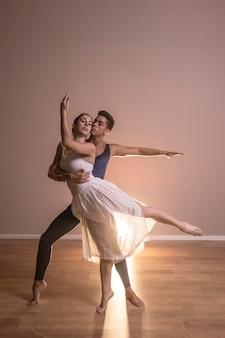 Desempenho de casal de dançarinos de vista frontal