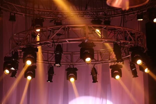 Desempenho de iluminação em movimento no raio de feixe de luz de construção