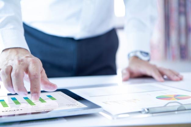 Desempenho de negócios analisando relatórios