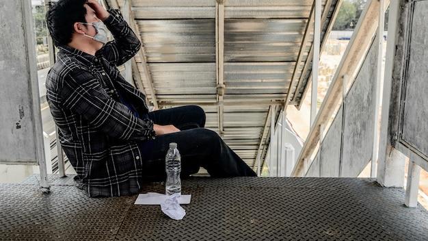 Desemprego e problema de saúde mental. perdas de empregos pelo vírus corona na ásia. transtorno de estresse pós-traumático (ptsd). resignação e estresse. problemas econômicos para os trabalhadores.