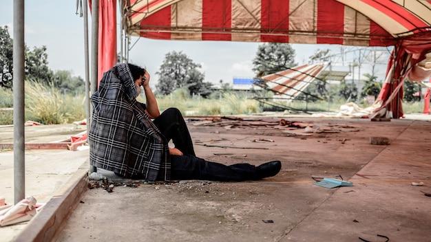 Desemprego e problema de saúde mental. transtorno de estresse pós-traumático (ptsd). resignação e estressante. perdas de empregos pelo vírus corona na ásia. problemas econômicos para os trabalhadores.