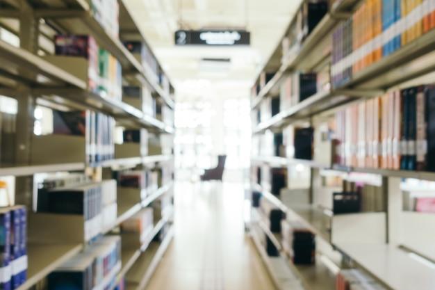 Desencadeamento abstrato e livraria defocused na biblioteca