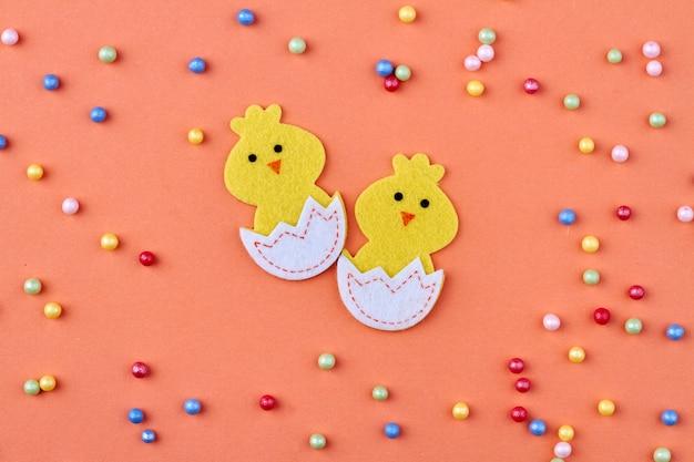 Desenhado para incubação de pintinhos. grânulos coloridos polvilhados em fundo laranja.