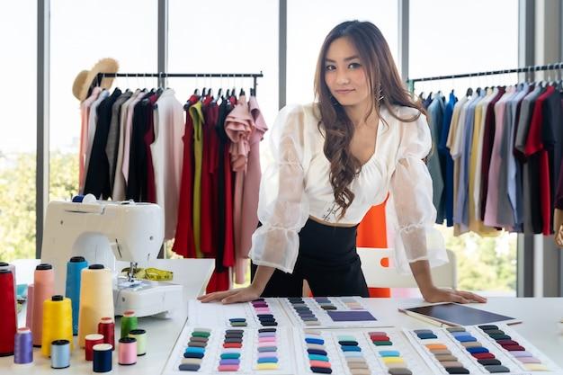 Desenhador de moda asiático do retrato