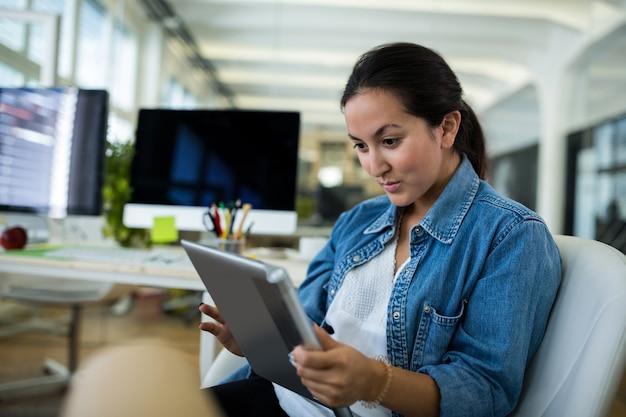 Desenhador gráfico fêmea que usa a tabuleta digital