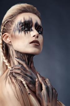 Desenhar tinta no rosto e no corpo da mulher
