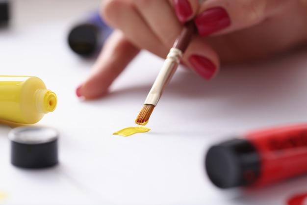 Desenhe esboços com pincel com tintas multicoloridas. desenho como conceito de passatempo