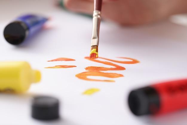 Desenhe na folha com o pincel. cursos de desenho para o conceito de adultos