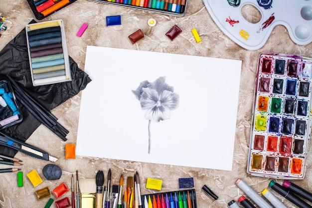 Desenho a lápis de uma maçã