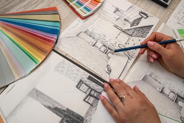 Desenho à mão do plano de esboço da casa e escolha a cor para o negócio