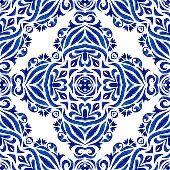 Desenho aquarela padrão decorativo em um fundo branco. damasco ornamental floral azul. pode ser usado como cartão de natal ou fundo, tecido e ladrilhos de cerâmica, talheres