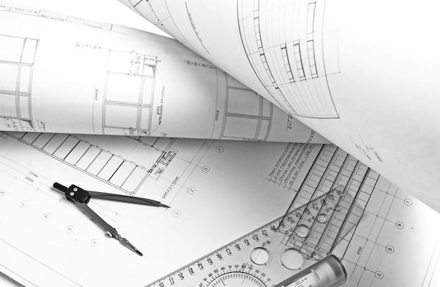 Desenho arquitetônico com uma régua e uma bússola