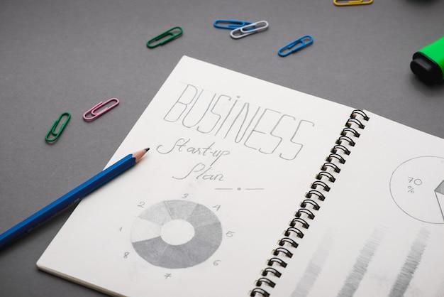 Desenho criativo no bloco de notas em espiral com o laptop na mesa. plano inicial de negócios.