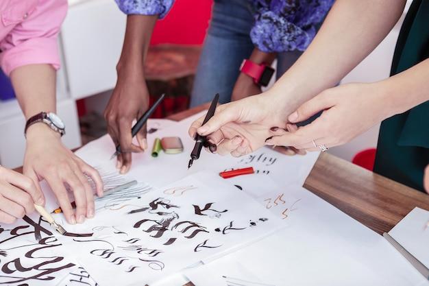 Desenho da caneta. alunos talentosos criativos e bonitos de uma famosa escola de arte praticando desenho à caneta