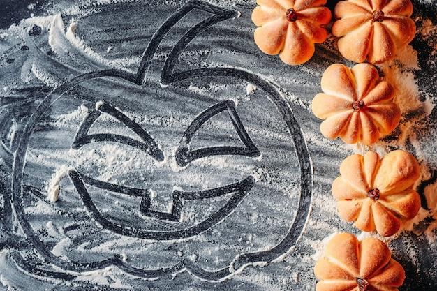 Desenho de abóbora de halloween com farinha e biscoitos caseiros