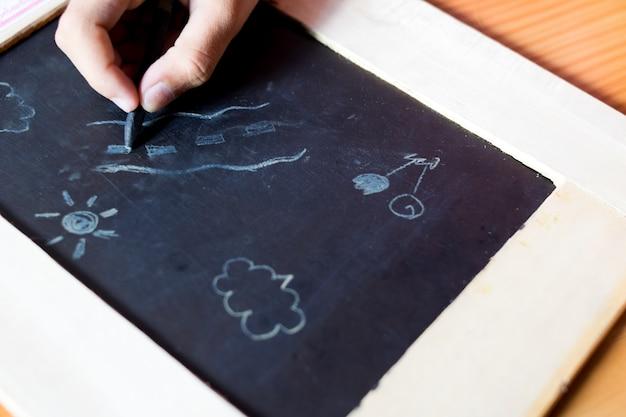 Desenho de bebê desenhar com giz e quadro-negro