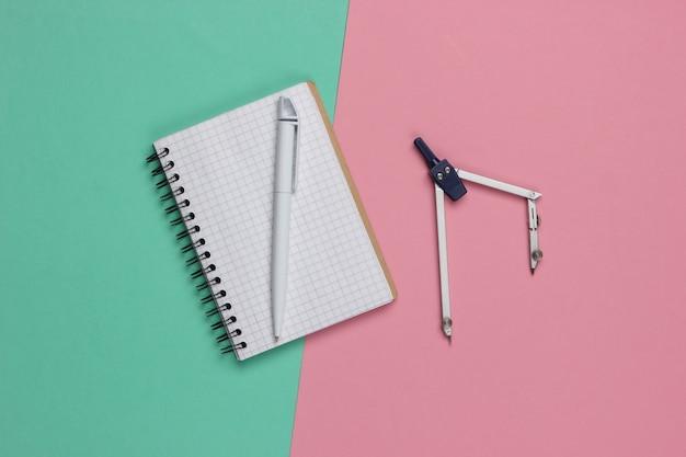 Desenho de bússola e caderno em rosa-azul.