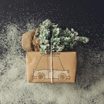 Desenho de carro de caixa de presente com árvore de chrismas. postura plana. conceito de natal.