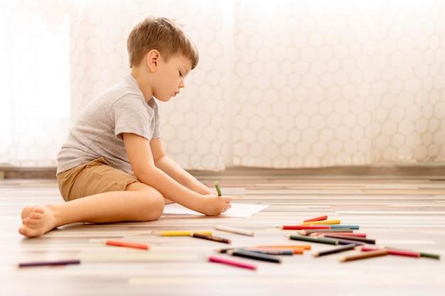 Desenho de criança de tiro completo