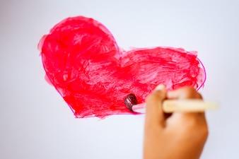 Desenho de criança mão e pintou um coração para cartão de dia dos namorados com diversão