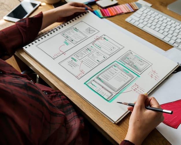 Desenho de designer de moda, trabalhando em um estúdio