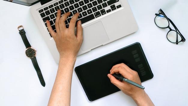 Desenho de dispositivo de caneta gráfica de computador em um fundo branco