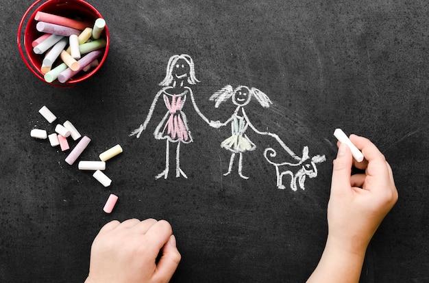 Desenho de giz com mãe solteira