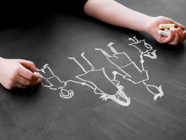 Desenho de giz da família feita no quadro-negro