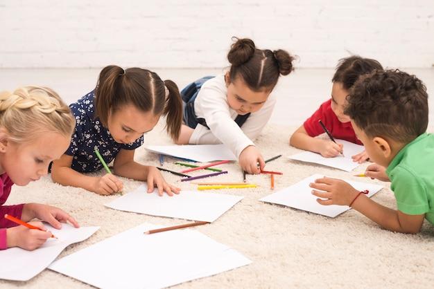 Desenho de grupo de crianças