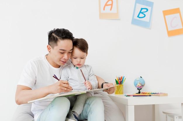 Desenho de homem e criança em casa