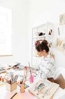 Desenho de ilustrador de moda mulher concentrada