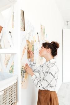 Desenho de ilustrador de moda senhora concentrada.