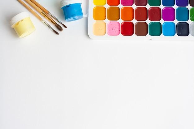 Desenho de layout, tintas e pincéis, espaço de cópia