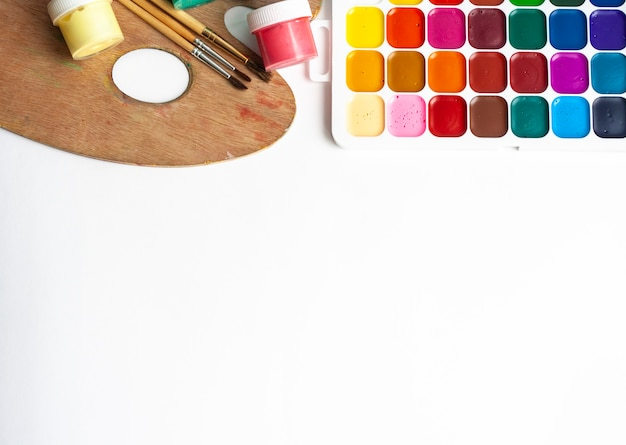 Desenho de layout, tintas, pincéis e paleta, espaço de cópia