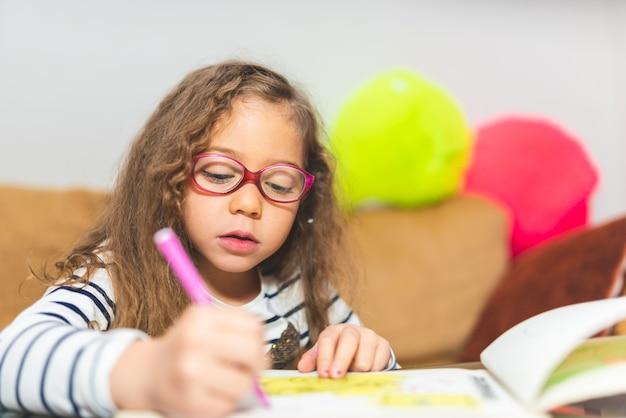 Desenho de menina em um caderno