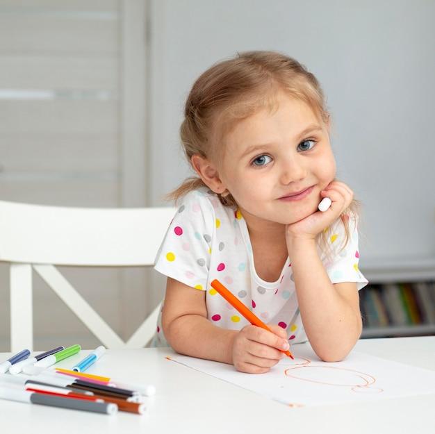 Desenho de menina sorridente em casa