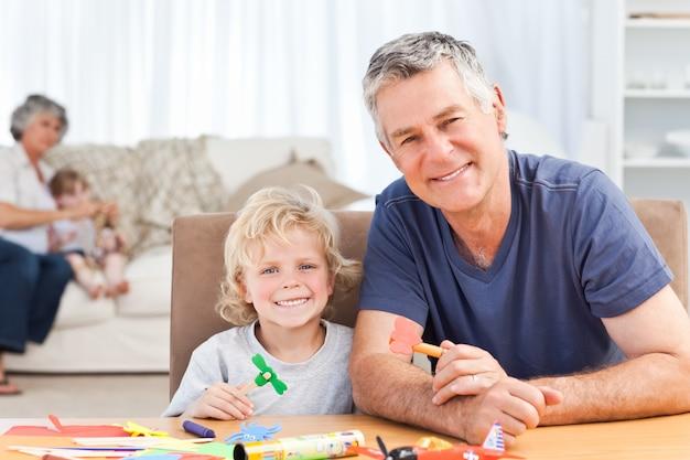 Desenho de menino com seu pai