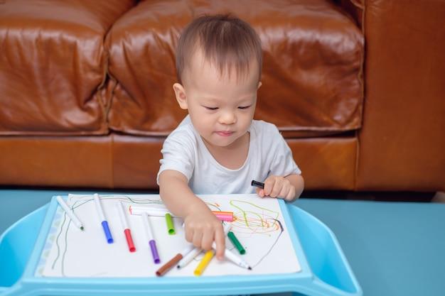 Desenho de menino da criança asiática, rabiscando com colorido maker