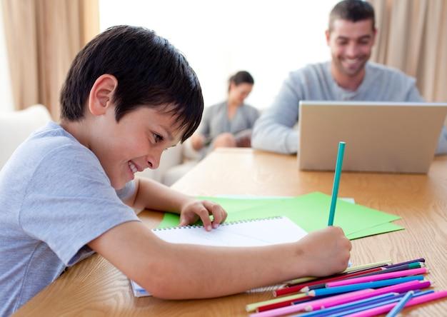 Desenho de menino e pais trabalhando em casa