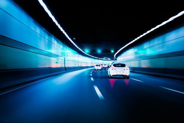Desenho de movimento de tráfego de carro de túnel de cor cromada embaçada. o borrão de movimento visualiza a velocidade e a dinâmica.