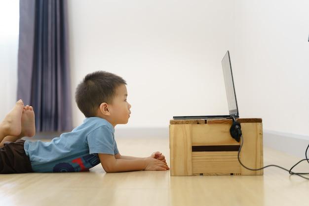 Desenho de observação viciante do menino asiático