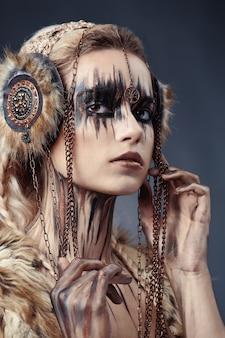 Desenho de tinta no rosto e no corpo da mulher. estilo de alta costura