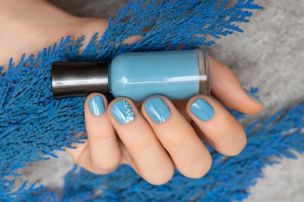 Desenho de unha azul. mão feminina bem cuidada
