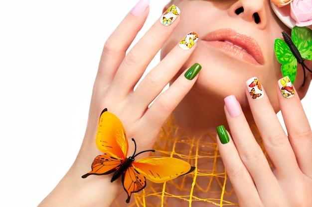 Desenho de unhas de verão com borboletas